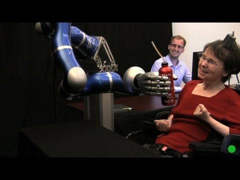 un brazo robótico es movido con la mente